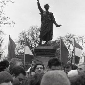 Tüntetők a Petőfi-szobornál