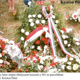 Nagy Imre sírjára elhelyezett koszorú a 301-es parcellában