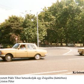 Az elvezetett Pákh Tibort betuszkolják egy Zsiguliba (háttérben)