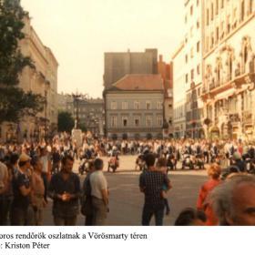 Motoros rendőrök oszlatnak a Vörösmarty téren