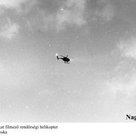 A demonstrálókat filmező rendőrségi helikopter