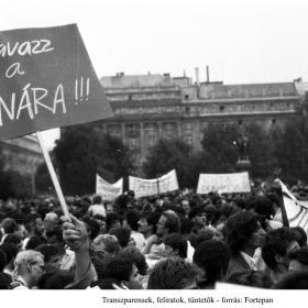 Transzparensek, feliratok, tüntetők