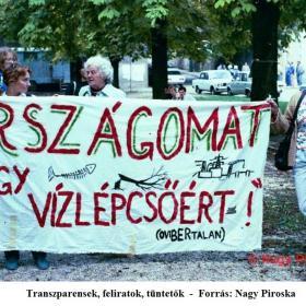 Transzparensek, feliratok, tüntetők III.