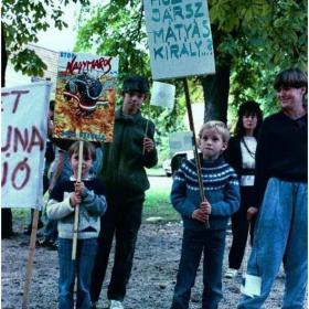 Transzparensek, feliratok, tüntetők IV.