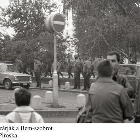 Rendőrök elzárják a Bem-szobrot