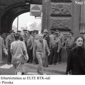 A tüntetők feltartóztatása az ELTE BTK-nál