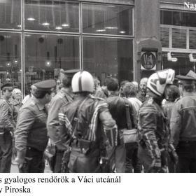 Motoros és gyalogos rendőrök a Váci utcánál
