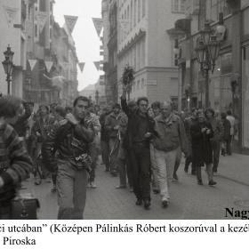 """""""Séta a Váci utcában"""" (Középen Pálinkás Róbert koszorúval a kezében)"""