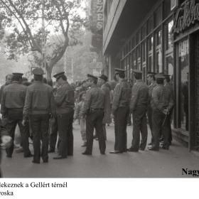 Rendőrök gyülekeznek a Gellért térnél