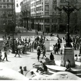 Tüntetők és transzparensek a Vörösmarty téren 1989. április 22-én II.