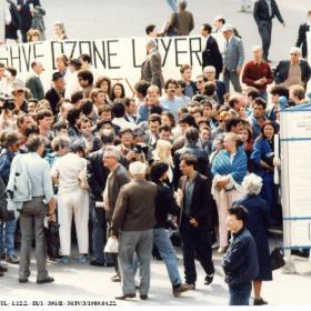 Tüntetők és transzparensek a Vörösmarty téren 1989. április 22-én I.