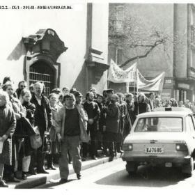 Tüntetők az 1989. március 6-i demonstráción, a Fő utcán a Környezetvédelmi és Vízgazdálkodási Minisztériummal szemben I.