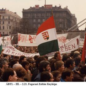 Transzparensek a Petőfi-téren I.