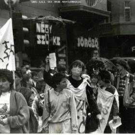 Az 1989. április 21-i tüntetés résztvevői a Négy szürke söröző előtt (Margit körút 60., akkor Mártírok útja)