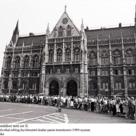 Kádár János ravatalához tartó sor II.