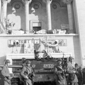 Harckocsi a Román Nemzeti Színház és Operaház előtt, Temesvár, Piata Victoriei