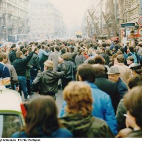 A romániai forradalom győzelmének hírére összegyűlt emberek a Rákóczi úton