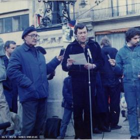Bába Iván beszédet mond az 1989. március 2-i Vörösmarty téri FIDESZ demonstráción