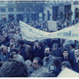 Csengey Dénes, Tamás Gáspár Miklós, Pokorni Zoltán, Horn Gábor és Mécs Imre a tömegben az 1989. március 2-i Vörösmarty téri FIDESZ demonstráción