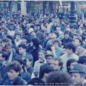 Tüntetők az 1989. március 2-i Vörösmarty téri FIDESZ demonstráción